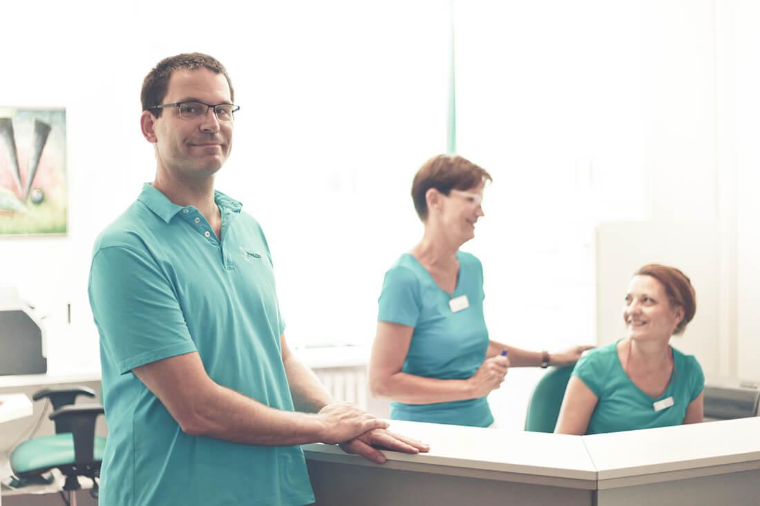 Arthrosetherapie Berlin - Dr. Völker und Team am Empfang der Praxis