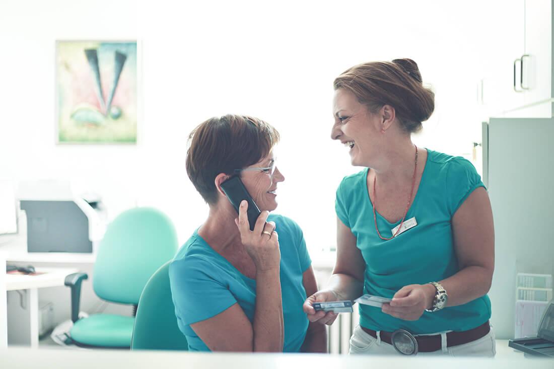 Arthrosetherapie Berlin - Dr. Völker - am Empfang der Praxis