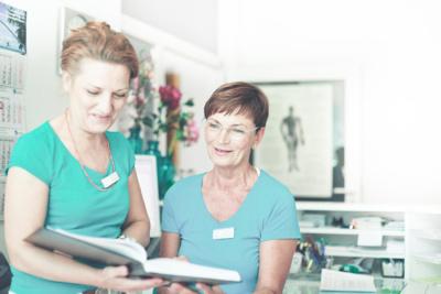 Arthrosetherapie Berlin - Dr. Völker - das Team der Praxis am Empfang